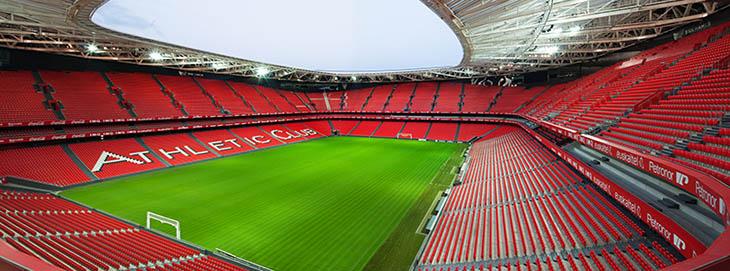También los estadios han unificado su imagen empleando las versiones monocromos de los logotipos de los anunciantes.